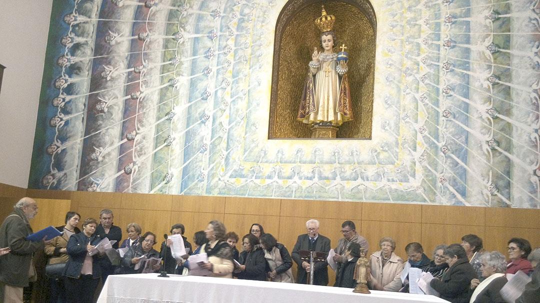 Os peregrinos de Elvas rezam e cantam junto do Menino Jesus!